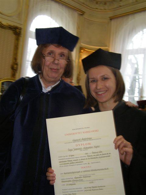 zdjęcie z dyplomem doktorskim